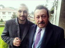 Erkan Can sebagai Tayyar Dundar, bersama Metin/Fatih Dundar